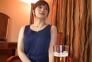 「普段は飲まないんだけど…」酔った勢いで火遊びする清楚なスレンダー美人妻