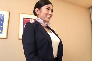 【素人】マルチリンガルの才女!制服を着てても主張する爆乳した国際線CA妻