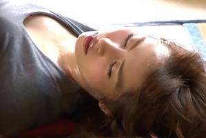 旅館のコタツでうたた寝している人妻