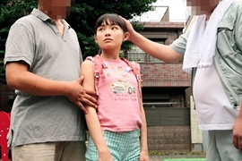 生活費を稼ぐために父親に紹介された見知らぬ男に乱暴されるロリ娘