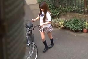 俺のアパートに自転車で遊びに来る近所のJKに夢中で腰振って中出しした夏休み