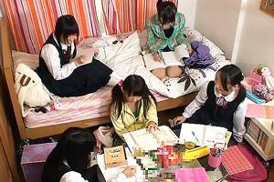 皆で宿題をするはずの「お泊まり会」で、偶然、見つけたお兄ちゃんのエロ本のあまりにも衝撃的なスケベ写真を見たうぶっ娘達は、モゾモゾする下半身の衝動を抑えられない!