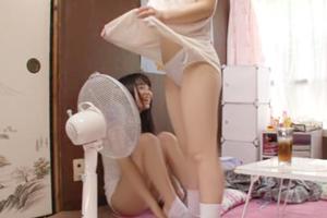 部屋のエアコンが壊れて温室状態に!乳首チラしまくり! 2
