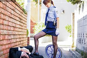 婦人警官になった吉沢明歩が街の治安を守ります!