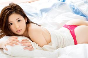 青山沙也加 小顔で美脚!モデル美女が衝撃のAVデビュー