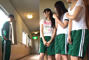 「○○君て巨根なの?」修学旅行の宿舎でクラスのエロ女子達と4P!