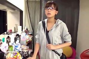「えっ、私??」女優のドタキャンで急遽AV出演するガリ巨乳AD!