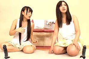 『デカくない?』親友同士の素人女子大生がバイブ腰ふり競争!