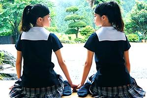 【AV史上初】まだ誰も見たことがない本物双子のダブル処女喪失!