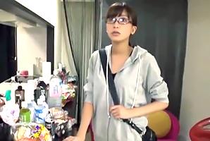「えっ、私!?」女優のドタキャンで急遽AV出演するガリ巨乳AD!