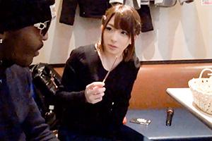 「一度知ったらヤめられない!日本に旅行に来たメガチ○ポ黒人を麻里梨夏が逆ナンパして生中出しをヤる」