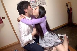 酒に飲まれた若妻が自宅で寝取られセックス
