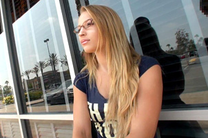 アメリカのSNSで知り合ったクールな金髪美女
