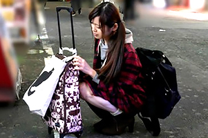 【素人】新宿で見つけた東北の家出少女を連れ込んで中出し!