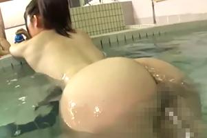 パパと男湯に入ってきた無防備な桃尻少女を背後から犯す!!