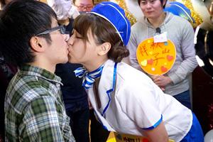 【裏山】こんな美人バスガイドに童貞奪われる・・・