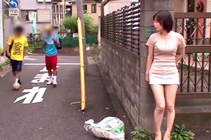 通学路で男の子を待ち伏せして公衆便所に連れ込む爆乳痴女!