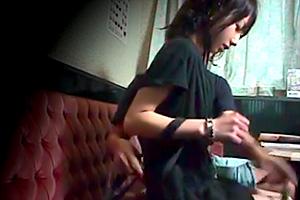 【盗撮】ウブなカラオケ店員にセックス交渉!驚きで声も出ない…