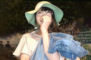 【素人】乳首真っピンク!青学前でナンパした眼鏡っ娘大学生