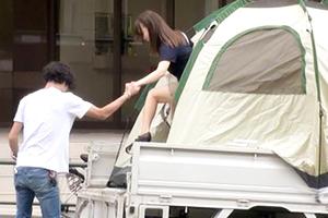 【ナンパ】東京女子医大生を軽トラに設営したテントで即ハメ!