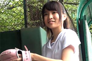 プロ野球で戦力外通告を受けた父親を支えるために、身長148㎝の娘がAVデビュー!