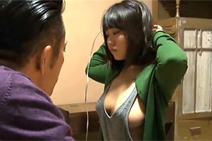 「…で、でかい!!」嫁の留守中に見てしまった連れ子のタックトップ爆乳に理性完全崩壊!!