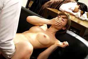 家飲みで上司を酔い潰しパーフェクトスタイルの美人妻を目の前で寝取る鬼畜部下!
