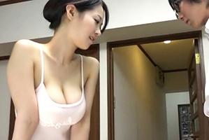 夏休みに帰省した実家のアパートで、旦那さんが居ない昼間に近所のセクシー巨乳奥さんに誘惑されまくり!