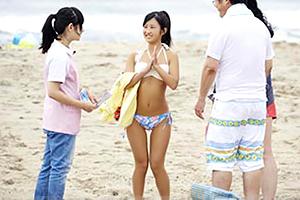 【マジックミラー号】親と海に来ていたピチピチ18才の女子大生をナンパ!→ パパとママの前でゲス中出し!