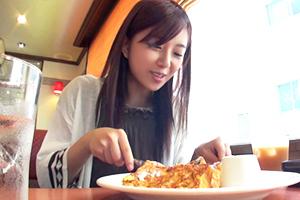 【シロウト】フレンチトーストをモグモグ食べる愛嬌抜群の歯科助手さんを軟派!即日中出しに成功!