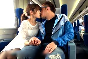 どうやって撮ったの?ガチの電車で激しいセックスするスレンダー清楚美女!