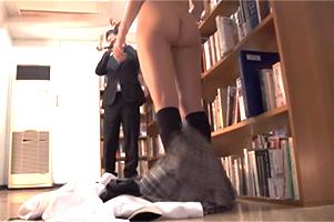 毎日悪い大人にレイプされてヤリマン化した女子校生がスカート下して担任教師を誘惑!