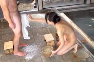 『久しぶりなの。ゆっくり挿れて』混浴で四十路の美熟女奥さんに巨根を見せつけたら…