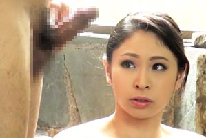 混浴に入浴している爆乳奥さんの前で巨根を誇示したら…旦那のすぐそばでしゃぶりついて来た!