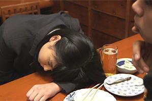 『こいつヤッちゃうか』慣れない仕事で疲れて酒に呑まれた新卒社員をホテルに連れ込んで犯す!