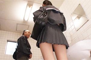 『おじさんパンツ見てたよね?』街行くJKのパンチラを覗いてたら公衆トイレで逆レイプされた…