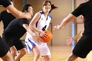 バスケ中にユニフォームを剥ぎ取られ輪姦される巨乳アスリート