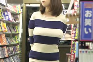 『すげー乳首立ってる…』視姦だけじゃ我慢できない…巨乳でノーブラニットのくっそエロい女