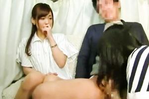 【人妻ナンパ】目の前で旦那が他の女のフェラで発射!それを見て興奮するドスケベ奥さん!