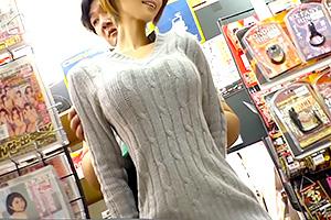 狭い店内でパンチラ見せつけて何度もカラダを密着させてくるクッソエロい痴女www