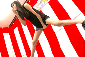 「イヤー、もう限界ー!!」賞金100万円を目指してミニスカ股裂けクイズ!