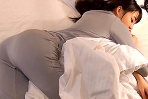 相部屋で無防備に寝てる女性社員のホテル着姿に欲情